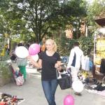 Promoterin auf Flohmarkt