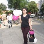 Promoterin mit Luftballons