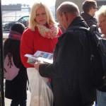 Promoterin übergibt Heft