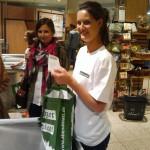 Promoterin beim Einpacken einer Promotiontasche