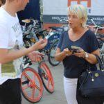 Promotion Agentur Berlin verteilt Flyer und sampelt Produktproben